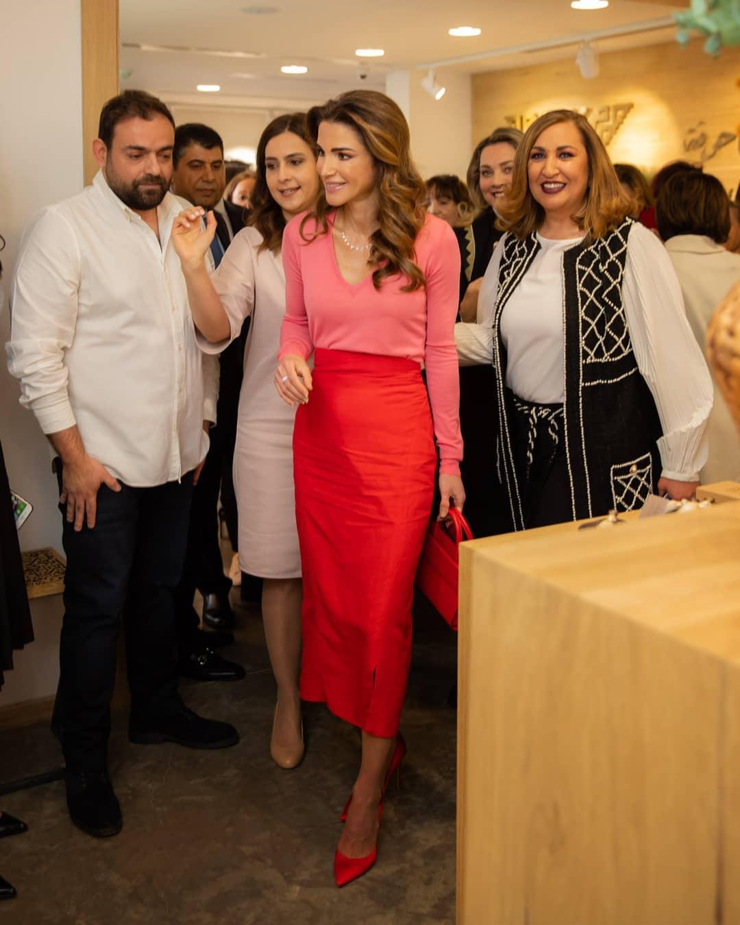 7 إطلالات تصور انتعاشة الصيف من الملكة رانيا