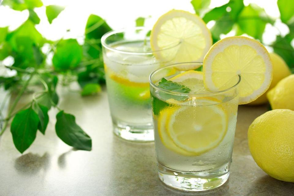 فوائد تناول الماء والليمون في الصباح