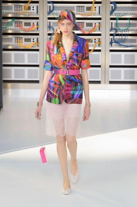 كافة إطلالات عرض أزياء Chanel المذهلة لموسم ربيع/صيف 2017