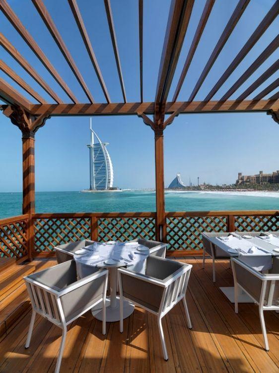 وجبة البرانش بالأبيض في مطعمPierchic في دبي