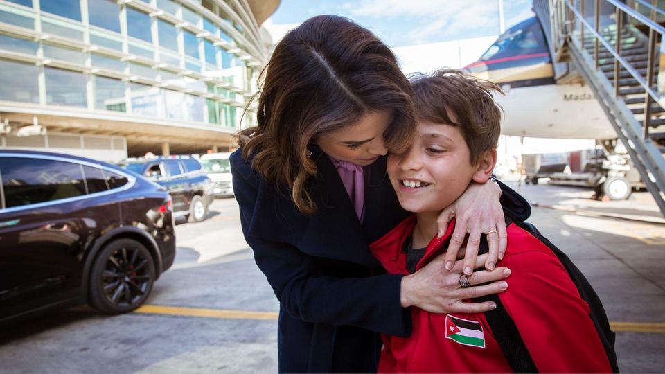 جللالة الملكة رانيا العبدالله وهي تنتظر عودة الأمير هاشم من دبي