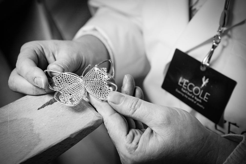تعلمي أسرار فن صناعة المجوهرات مع مدرسة L'ÉCOLE Van Cleef & Arpels