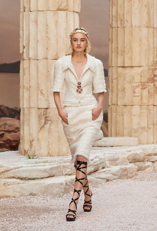 بالصور: مجموعة كروز 2017 من شانيل، 85 تصميم تعكس كلها حداثة العصور اليونانية القديمة