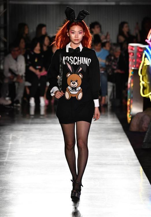 Miranda Kerr تعود إلى منصات عروض الأزياء من خلال مجموعة Moschino Resort لعام 2018