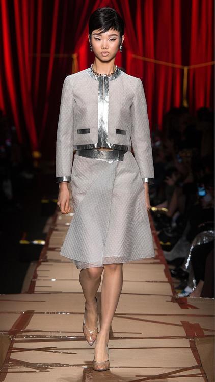 """تشكيلة أزياء """"موسكينو"""" النسائية لخريف وشتاء 2017 من تصميم جيرمي سكوت"""