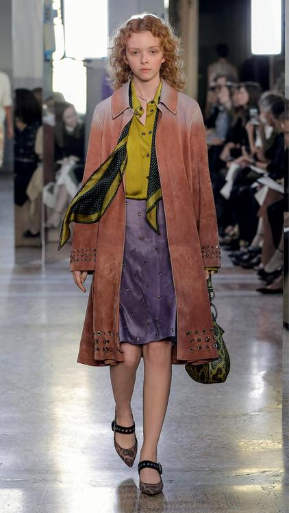 طرحت Bottega Venetta مجموعة ربيع وصيف 2018 للسيدات في لوحة من الألوان المتفائلة