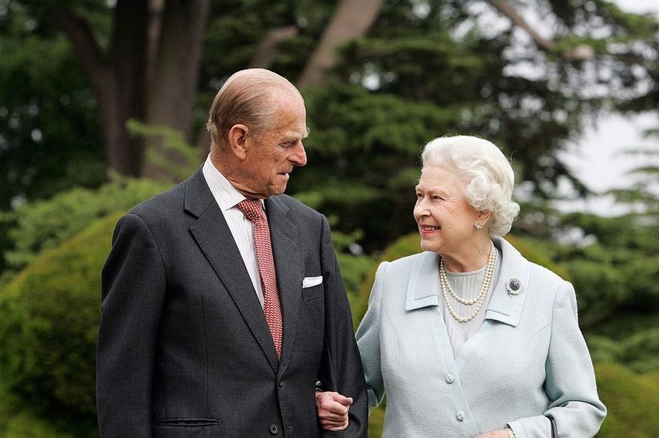 احتفلا بعيد زواجهما ال70 مع صور تذكارية جديدة.. الملكة إليزابيث الثانية والأمير فيليب