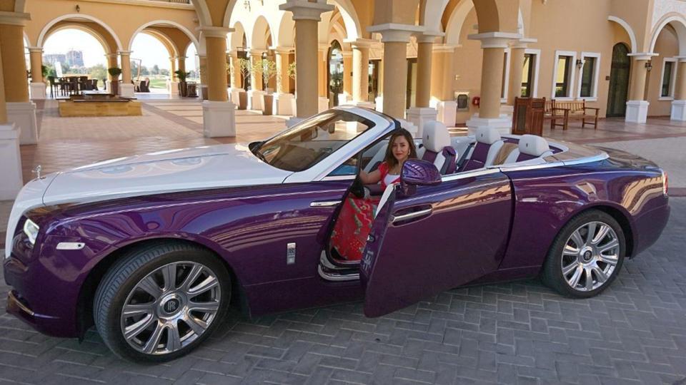 رئيسة تحرير هاربرز بازار العربية تقود سيارة رايث الفارهة من رولز رويس