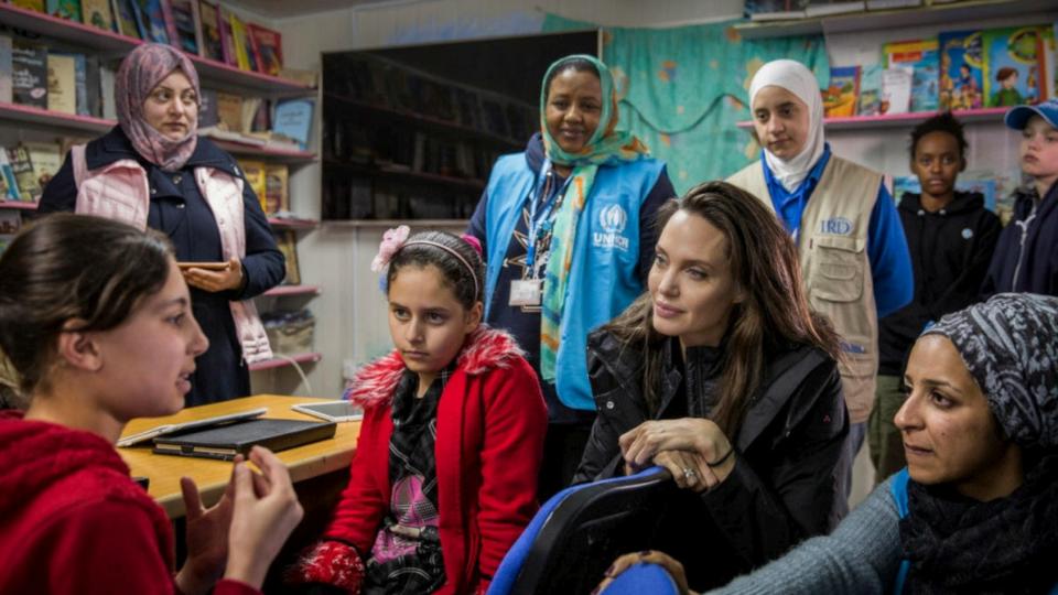 أنجيلينا جولي تزور اللاجئين في الأردن مع ابنتيها