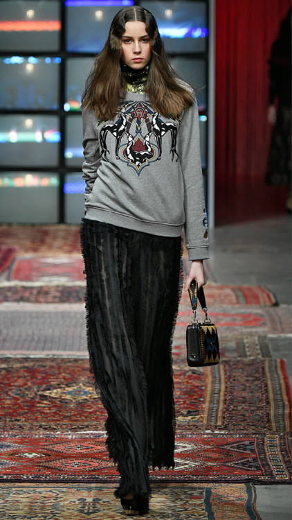 ننقلك إلى ميلانو وتحديداً إلى منصة عرض أزياء دار إغنر AIGNER  لتتعرفي على أجمل إطلالات هذا الموسم