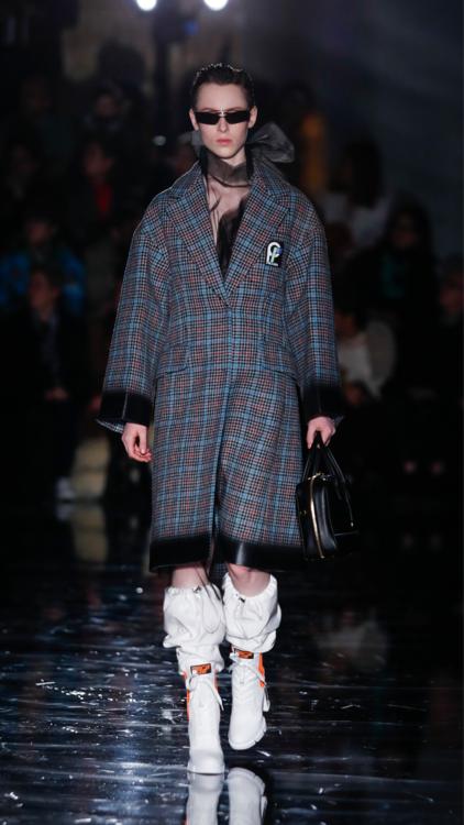 إطلالات عرض أزياء علامة برادا من أسبوع ميلانو للموضة
