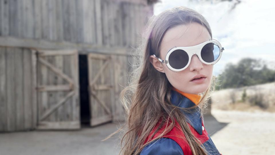راف سيمونز.. يبتكر نظارات جديدة لدار كالفن كلاين للرجال والنساء