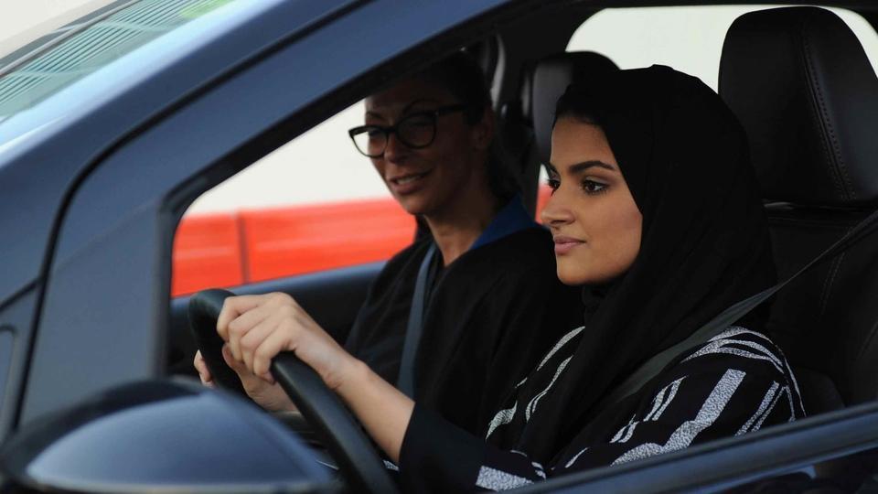 سيدات المملكة العربية السعودية يدرّبن بعضهنّ البعض على قيادة السيارة مجاناً