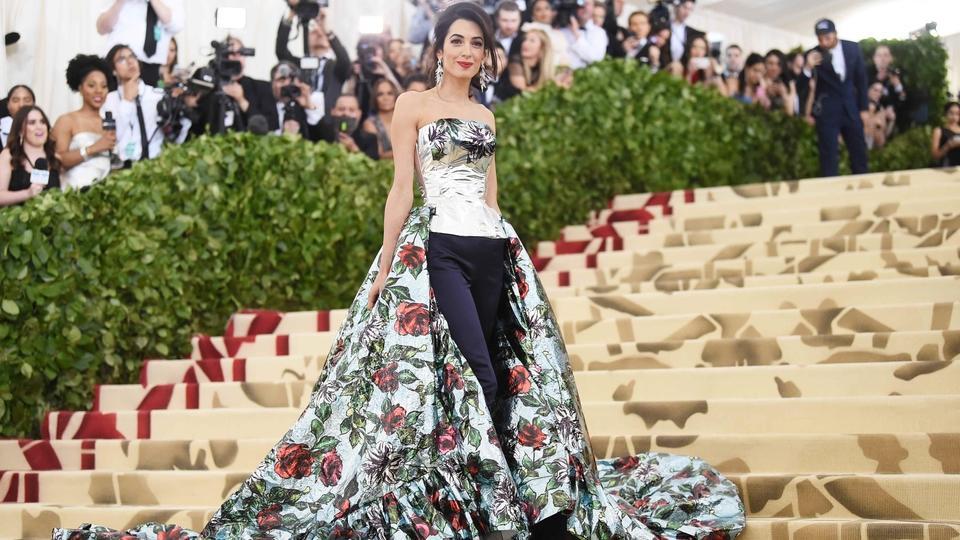 كلّ ما عليك معرفته عن الفستان الذي تألقت فيه أمل كلوني في حفل Met Gala لهذا العام