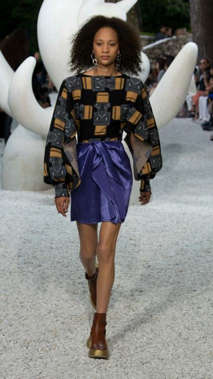 بالصور: شاهدي جميع إطلالات عرض أزياء لويس فويتون لمجموعة كروز لعام 2019