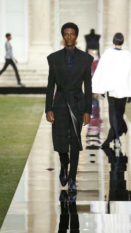 مجموعة جيفنشي للأزياء الراقية لخريف وشتاء 2018 تُجدد رؤية هوبيرت دو جيفنشي بلمسة عصرية