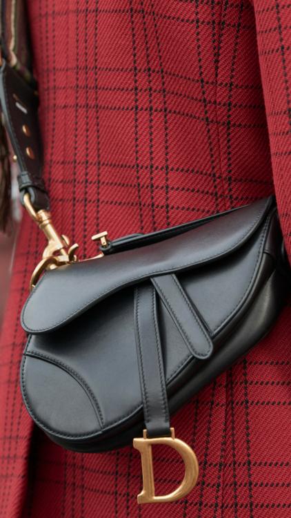 ديور تعيد تقديم حقيبة Saddle الأيقونية بحلة عصرية