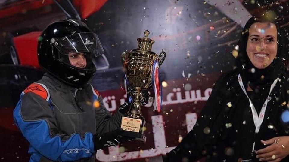 للمرة الأولى في التاريخ.. سيدة تفوز بسباق سيارات في المملكة العربية السعودية!