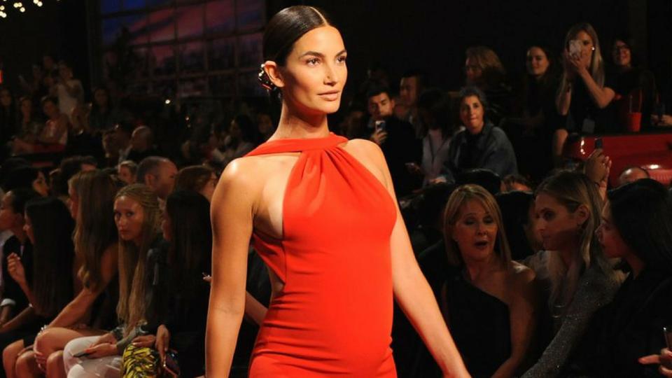 عارضة الأزياء ليلي ألدريدج تشارك في عرض أزياء براندون ماكسويل بالرغم من حملها
