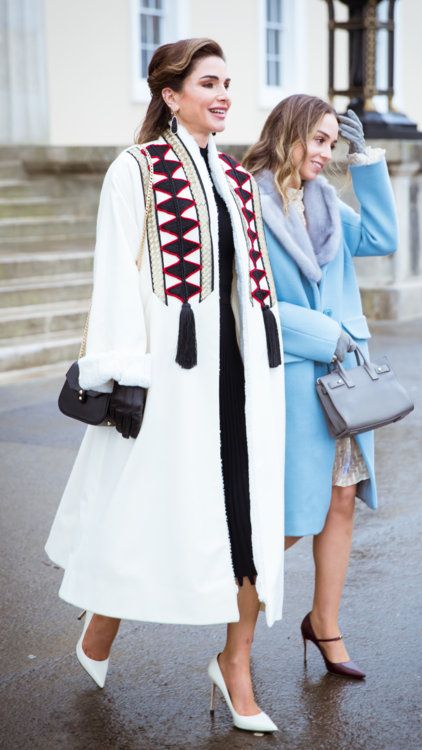 الملكة رانيا تتألق بمعطف سعودي تقليدي في مراسم تخرّج ابنتها في المملكة المتحدة