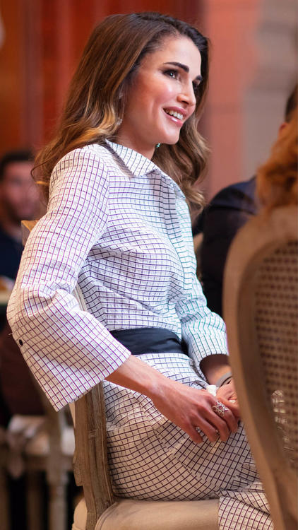 18 إطلالة للملكة رانيا تألقت فيها بأزياء مصممين عرب