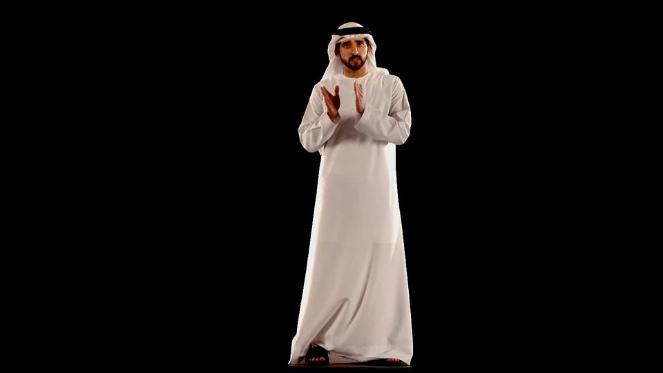 الشيخ حمدان بن محمد يلقي خطاباً مستخدماً تقنية الهولوغرام