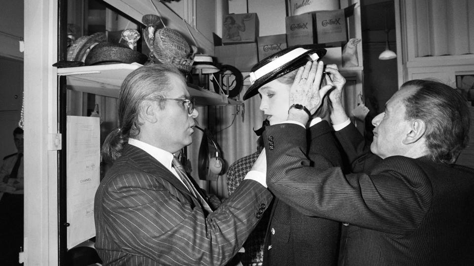 أبرز المحطات التاريخيّة في حياة كارل لاغرفيلد بالصور