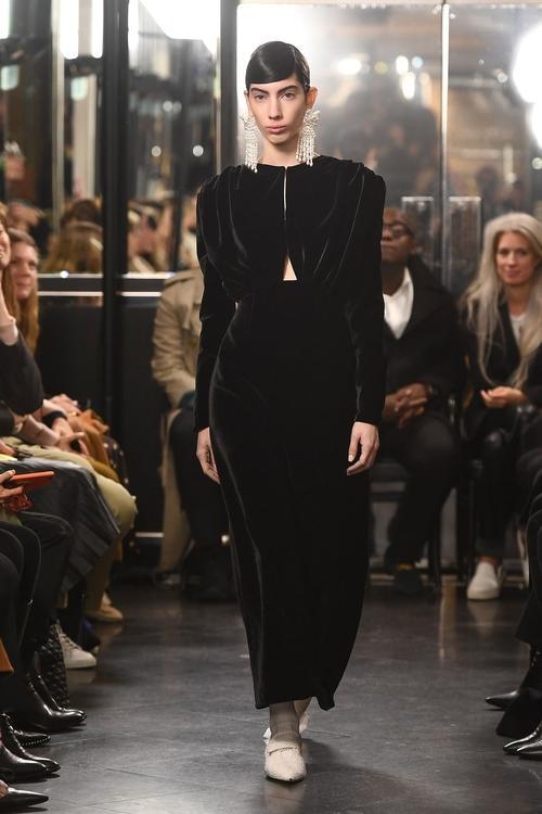 أبرز التصاميم التي شهدها أسبوع الموضة في لندن حتى الآن..