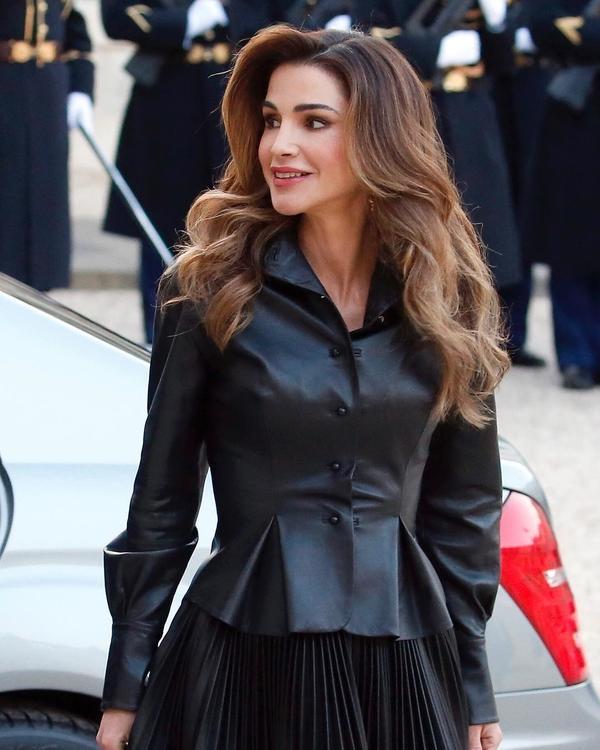 الملكة رانية تتألق في الجلد الأسود لتلهم إطلالتك الربيعية