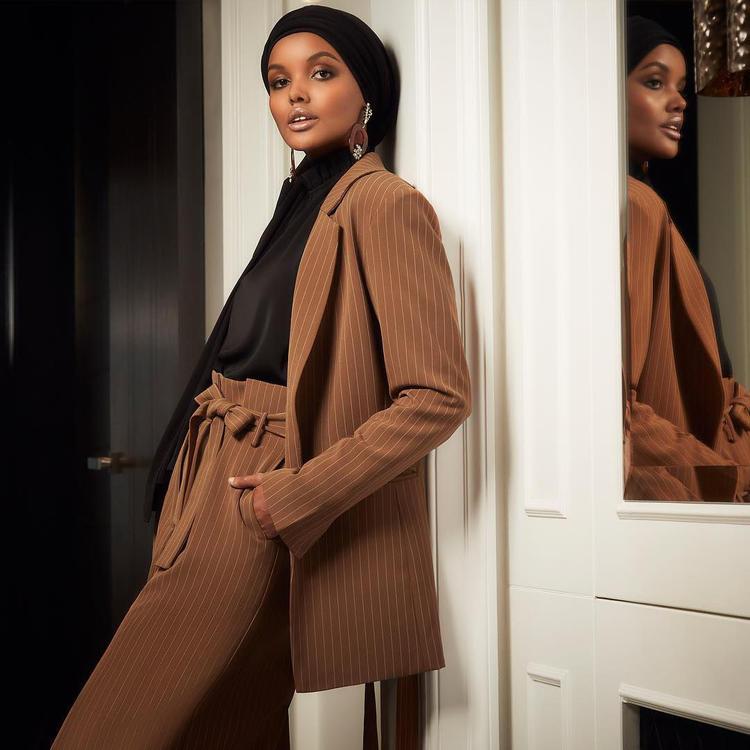 حليمة عدن العارضة المحجبة الأولى بملابس سباحة إسلامية على غلاف مجلة
