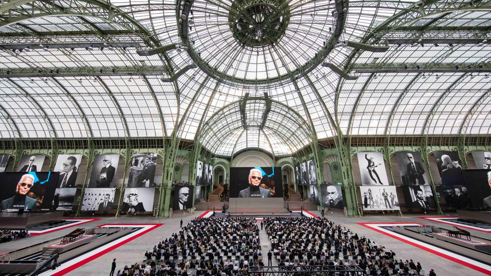 مقتطفات من الحفل الذي أقيم تكريماً لذكرى كارل لاغرفيلد في باريس