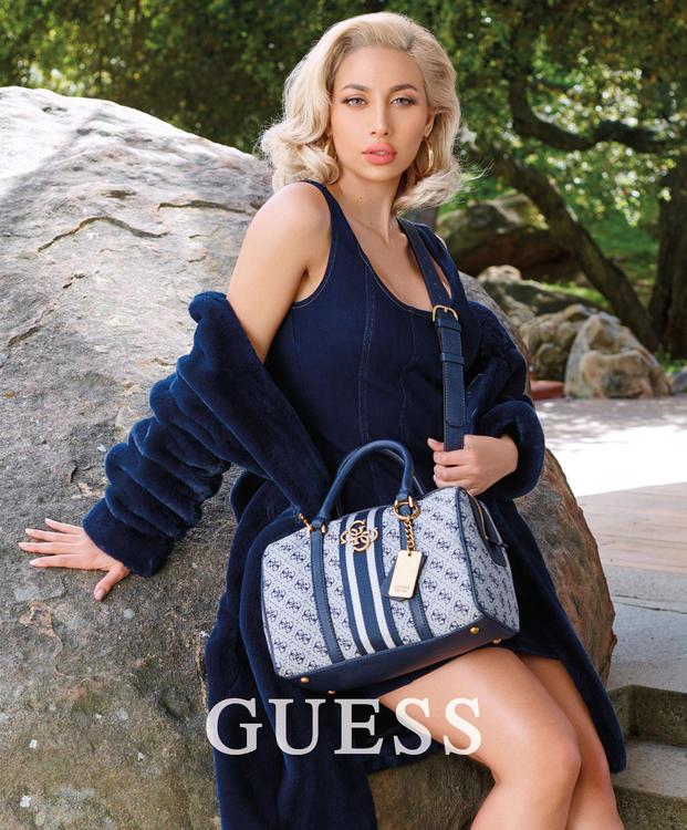 عارضة أزياء سعودية في حملة جيس Guess للإكسسوارات