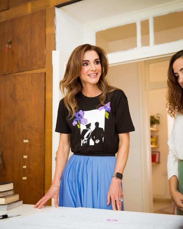 الملكة رانيا تتألق خلال زيارة مكاتب أسبوع عمان للتصميم