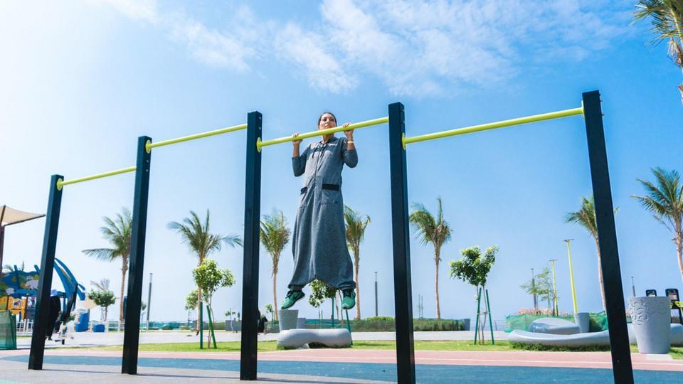 تعرفي إلى هذه المصممة السعودية التي تصمم عبايات رياضية