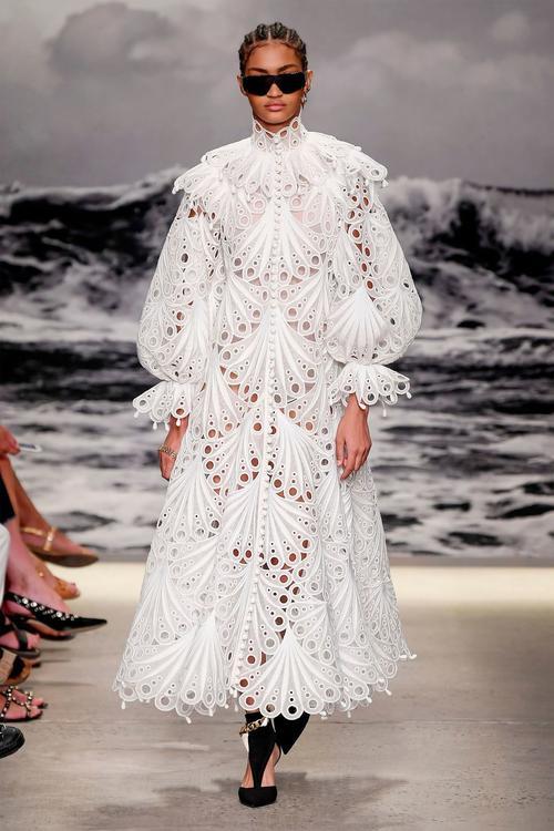 أجمل إطلالات عروض الأزياء التي شهدها أسبوع نيويورك للموضة