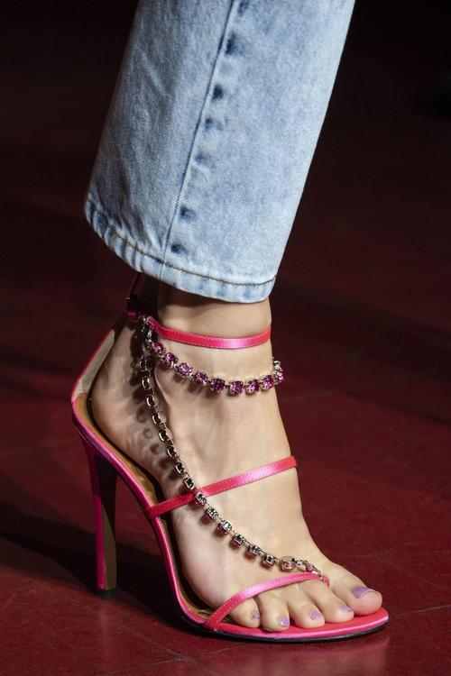 أجمل الأحذية التي شهدتها منصات عروض الأزياء لموسم ربيع وصيف 2020