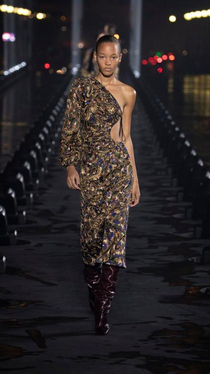 أفضل إطلالات عرض أزياء إيف سان لوران 2020