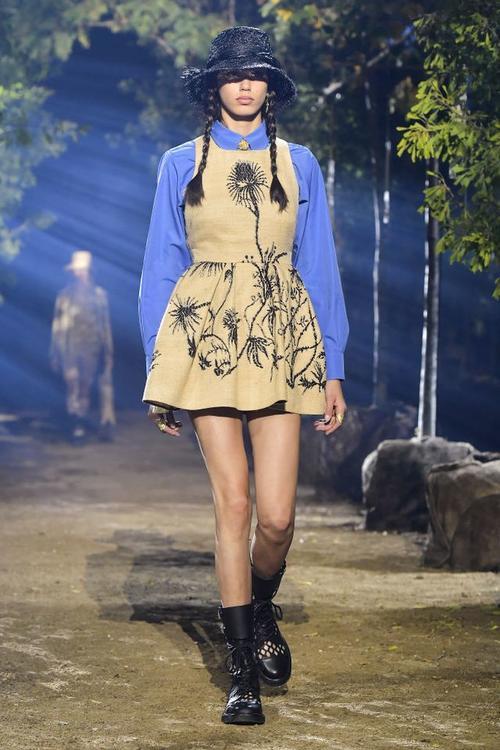 ماريا غراتسيا شوري تبتكر غابة خاصة لعرض أزياء ديور