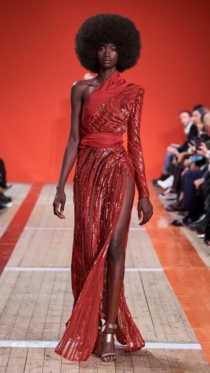 إطلالات عرض أزياء إيلي صعب لهذا الموسم سحر أفريقي