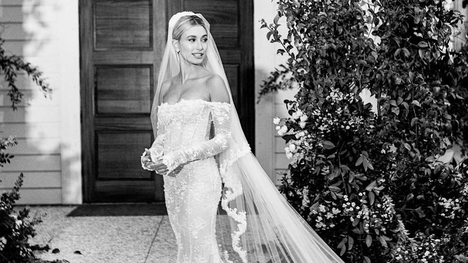 هايلي بالدوين تنشر الصور الأولى من زفافها.. وفستانها يحبس الأنفاس