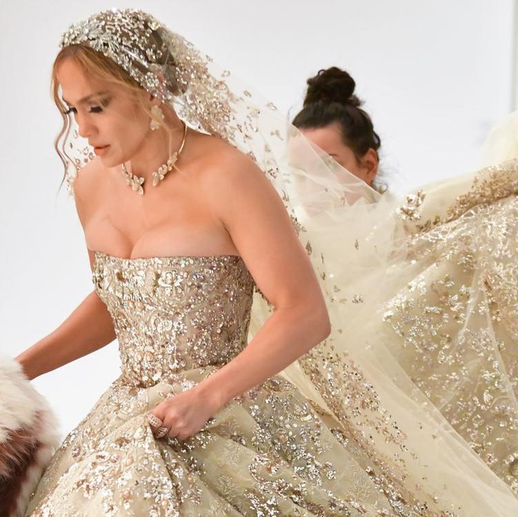 جنيفر لوبيز تخطف الأنظار في ثوب زفاف فاخر من إبداع مصمم عربي