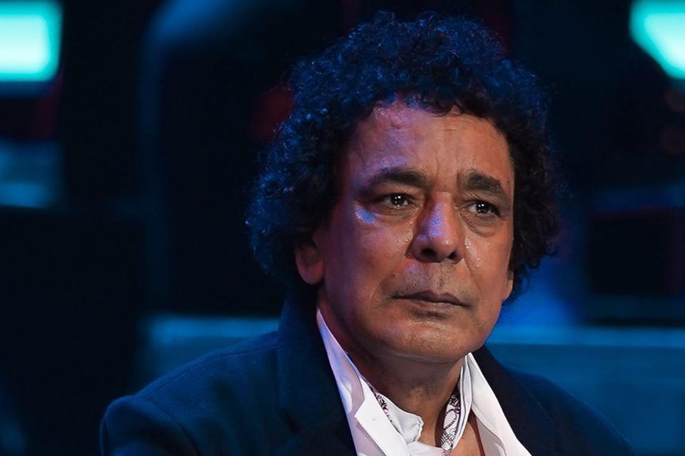 الملك محمد منير يغني جالساً في مهرجان الموسيقى العربية