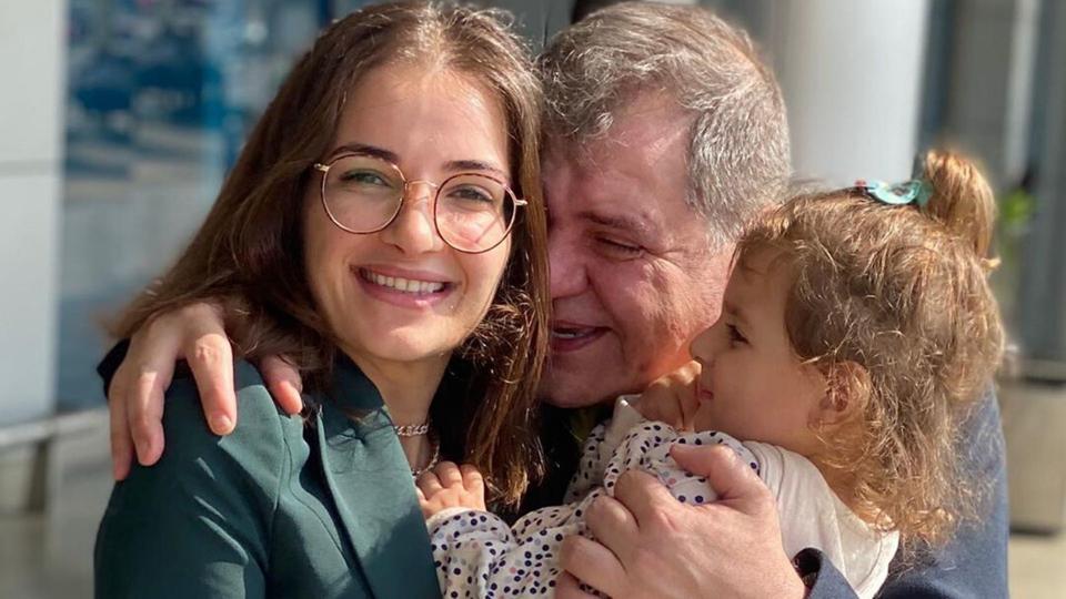 بعد سنوات استقبلت شام الذهبي والدها بالدموع وأصالة تعلق