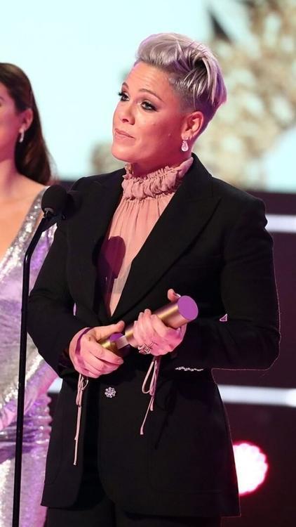 إطلالات النجوم: الأجمل من السجادة الحمراء لحفل جوائز مجلة بيبول