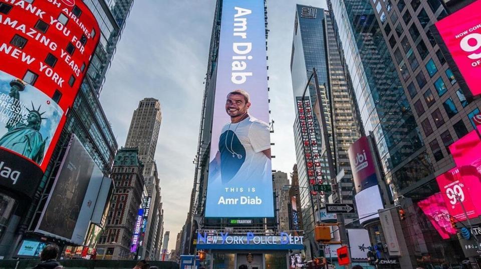 عمرو دياب يسرق الأضواء على لوحة سبوتيفاي في نيويورك