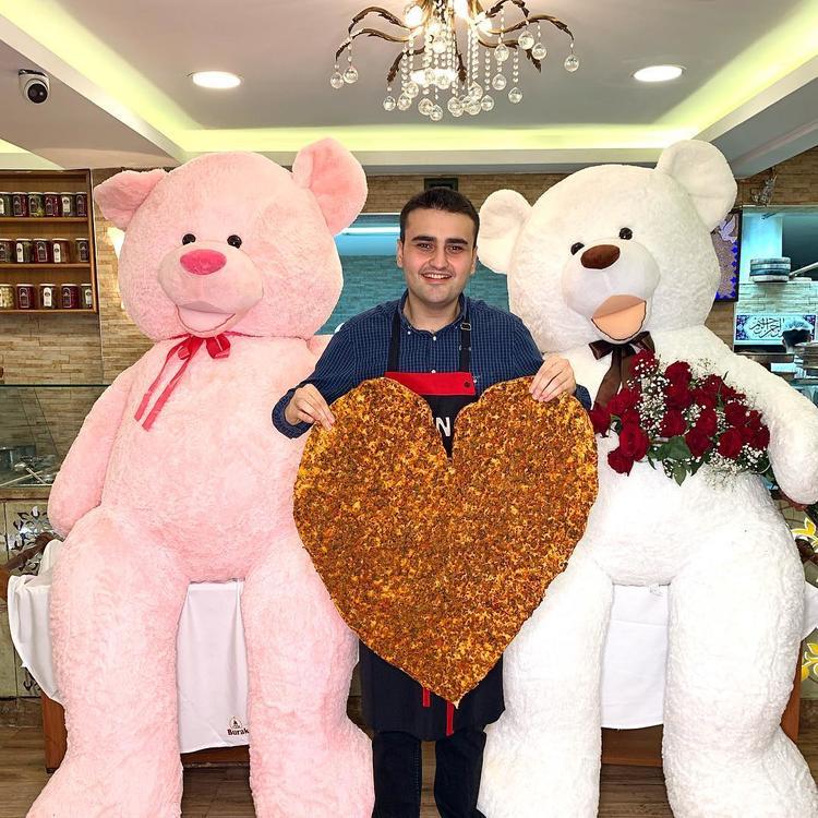 بعد عرضه الزواج على فنانة عربية.. الشيف بوراك التركي حزين