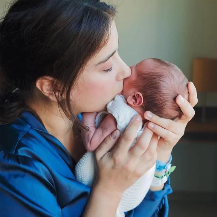 """هازال كايا تنشر المزيد من الصور لها برفقة ابنها """"فيكو"""""""