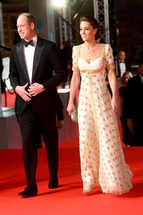 إطلالات النجمات على السجادة الحمراء في حفل جوائز ال BAFTA