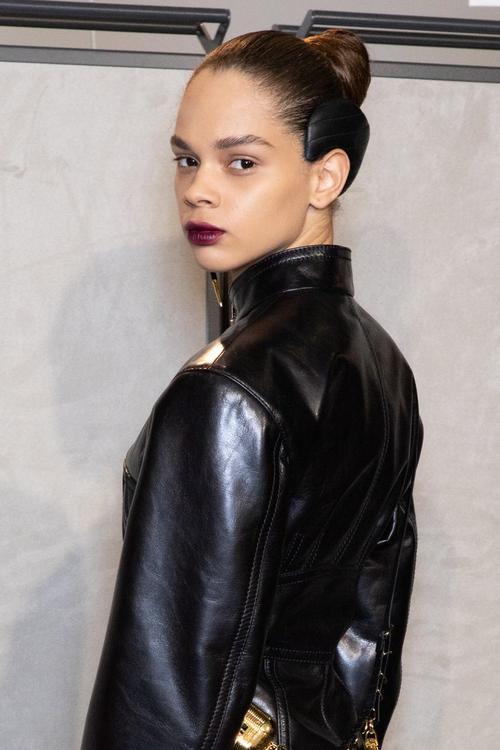فيندي يبتكر طريقة جديدة و فريدة من نوعها لارتداء قطعة من اكسسوار الشعر