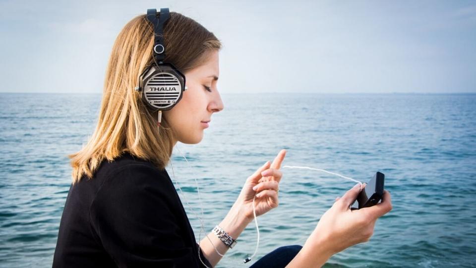 8 مدونات صوتية يمكنك الإستماع إليها أثناء إلتزامك المسافة الإجتماعية